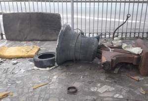 Sino foi derrubado e chegou a afundar uma parte do chão do pátio Foto: Reprodução / Internet
