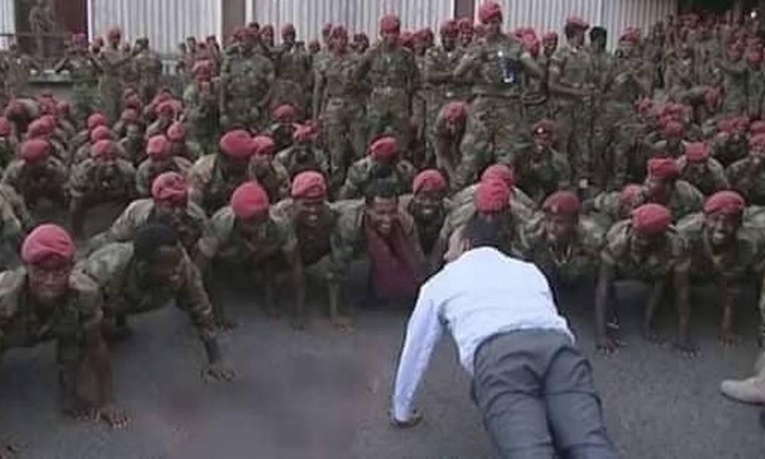 Primeiro-ministro etíope faz flexões com soldados armados que marcharam contra palácio presidencial para pedir aumento nos salários Foto: Reprodução Twitter