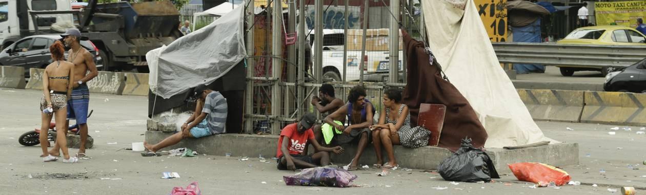 Cracolândia no canteiro central da Avenida Brasil, na altura do viaduto da Ilha. Foto: Gabriel de Paiva / Agência O Globo