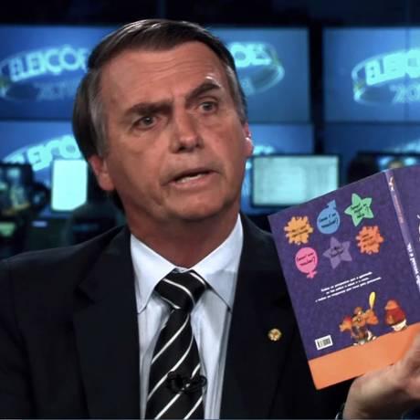 Jair Bolsonaro mostra o livro no Jonrla Nacional Foto: Agência O Globo