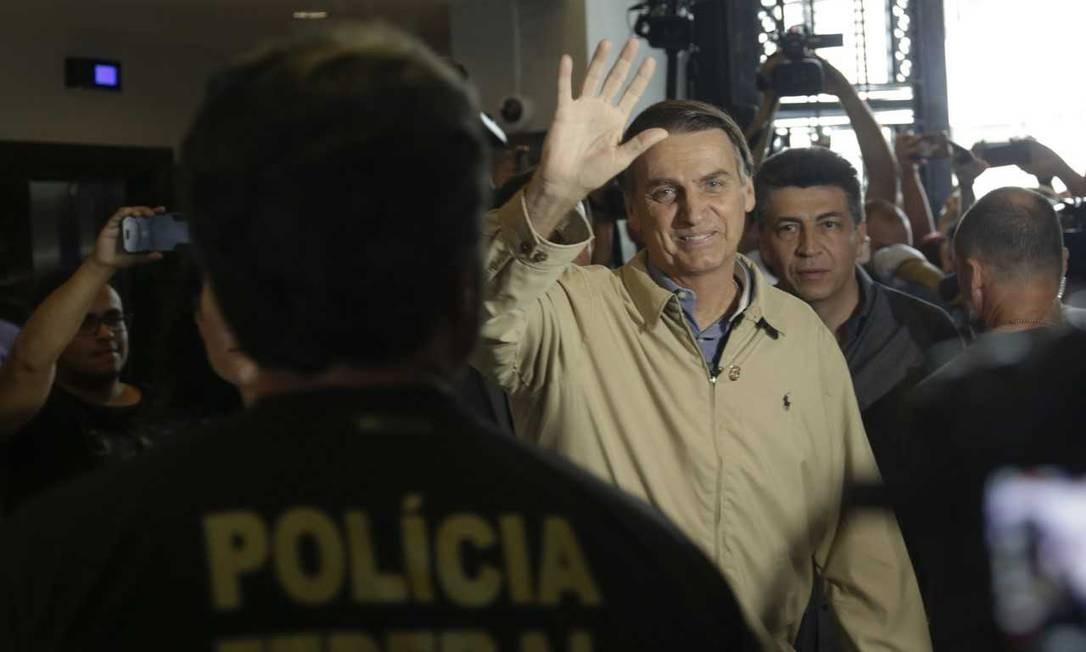 O candidato do PSL, Jair Bolsonaro, durante ato de campanha na Polícia Federal do Rio Foto: Gabriel de Paiva / Agência O Globo