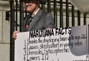 Manifestante defende que erva causa malefícios como depressão e redução do QI Foto: DON MACKINNON / AFP
