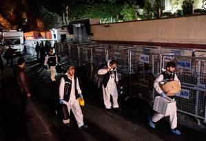 Peritos turcos revistam o Consulado da Arábia Saudita em Istambul Foto: YASIN AKGUL / AFP