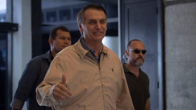 O candidato Jair Bolsonaro visita a sede da Polícia Federal no Rio de Janeiro Foto: MAURO PIMENTEL / AFP
