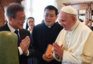 O presidente sul-coreano Moon Jae-in e o Papa Francisco durante encontro no Vaticano nesta quinta-feira Foto: ALESSANDRO DI MEO / AFP