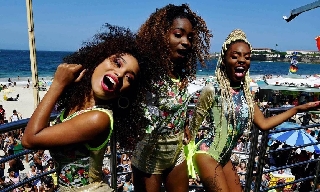 Karol, Lanor e Ana, trio de pop funk Donas, na Parada Gay em Copacabana Foto: Arquivo / 30/09/2018 / AFP / Carl de Souza
