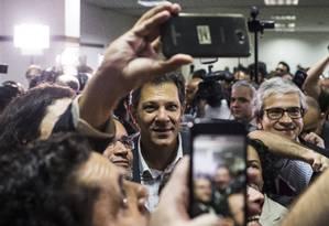 Fernando Haddad é cercado por apoiadores após reunião com juristas em hotel da Zona Sul de São Paulo Foto: Edilson Dantas / Agência O Globo
