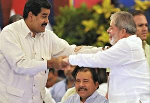 O PT nunca negou apoio à ditadura de Nicolás Maduro. Na foto, o presidente venezuelano e Lula se cumprimentam durante reunião do Foro de São Paulo em Manágua, na Nicarágua, em maio de 2011 Foto: ELMER MARTINEZ / Agência O Globo