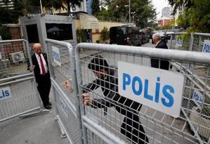 Autoridades cercam consulado em Istambul onde jornalista saudita desapareceu: narrativa de governo da Arábia Saudita, que nega envolvimento, foi promovida por rede de robôs no Twitter Foto: MURAD SEZER / REUTERS