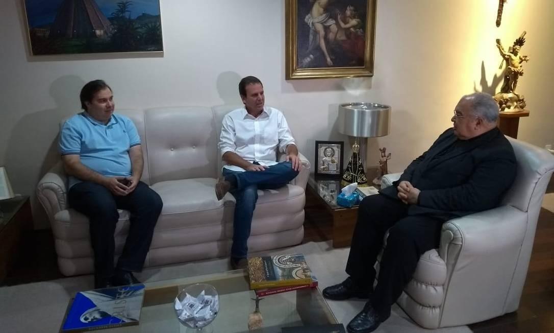 Ao lado do presidente da Câmara dos Deputados, Rodrigo Maia, o candidato Eduardo Paes (DEM) conversa com o arcebispo do Rio, Dom Orani Tempesta Foto: Lucas Altino
