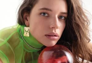 Bruna usa camisa Prada, colar Miu Miu, anel e brincos Amsterdam Sauer Foto: karinebasilio / Karine Basilio