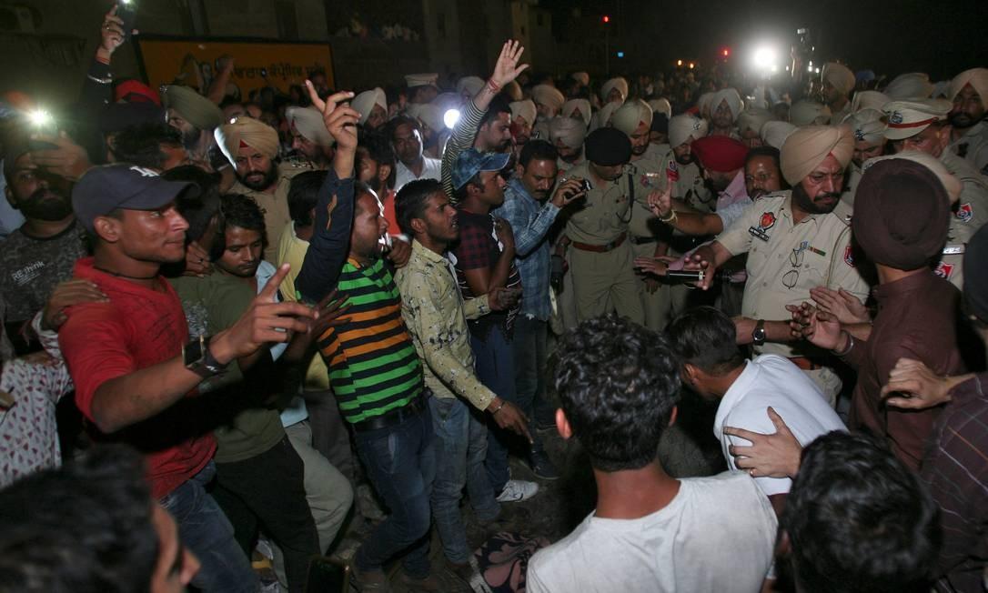 Trem atropela multidão na Índia e mata dezenas