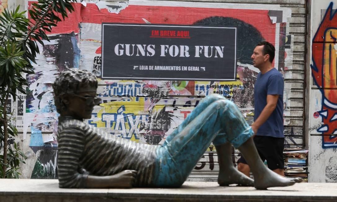 Adesivos anunciando lojas de venda de armas na Zona Sul intrigam população