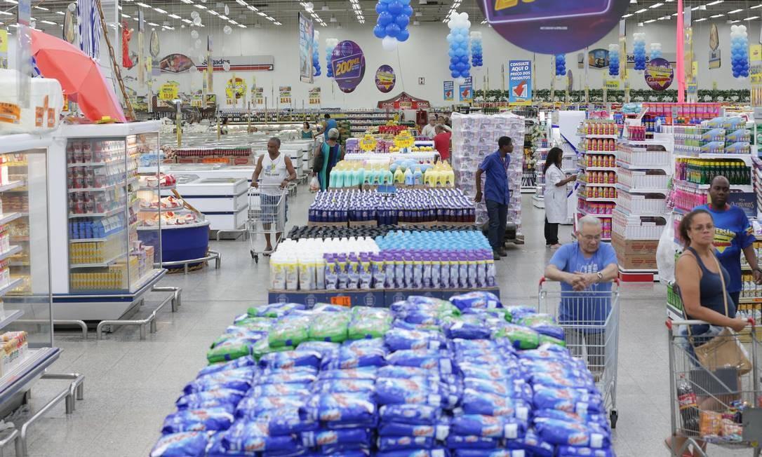 Preparativos para a 25ª edição do Aniversário Guanabara. Na foto, supermercado em Vila Isabel. Foto: Marcio Alves / Agência O Globo