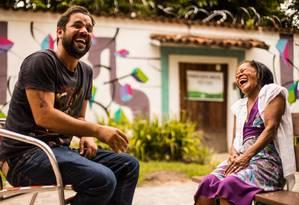Vitor Peres, idealizador do projeto Gigoia conta Gigoia, e Mariazinha, moradora da ilha e atriz Foto: divulgação/Mariana Pereira