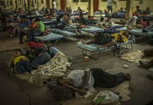 Migrentes hondurenhos descansam em igreja da Cidade da Guatemala; longo caminho até os Estados Unidos é percorrido por crianças, adultos e idosos que sonham com uma vida livre da violência e da pobreza Foto: DANIELE VOLPE / NYT