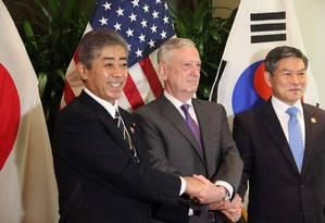 Os secretários de Defesa japonês, americano e sul-coreano em encontro em Cingapura Foto: THOMAS WATKINS / AFP