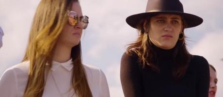 """Duas das protagonistas de """"Made in Mexico"""" desaprovam a tentativa alcoolizada de outro membro do elenco de tourear Foto: Netflix / Reprodução"""