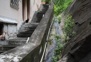 Água com esgoto escorre em vila Foto: Emily Almeida / Agência O Globo