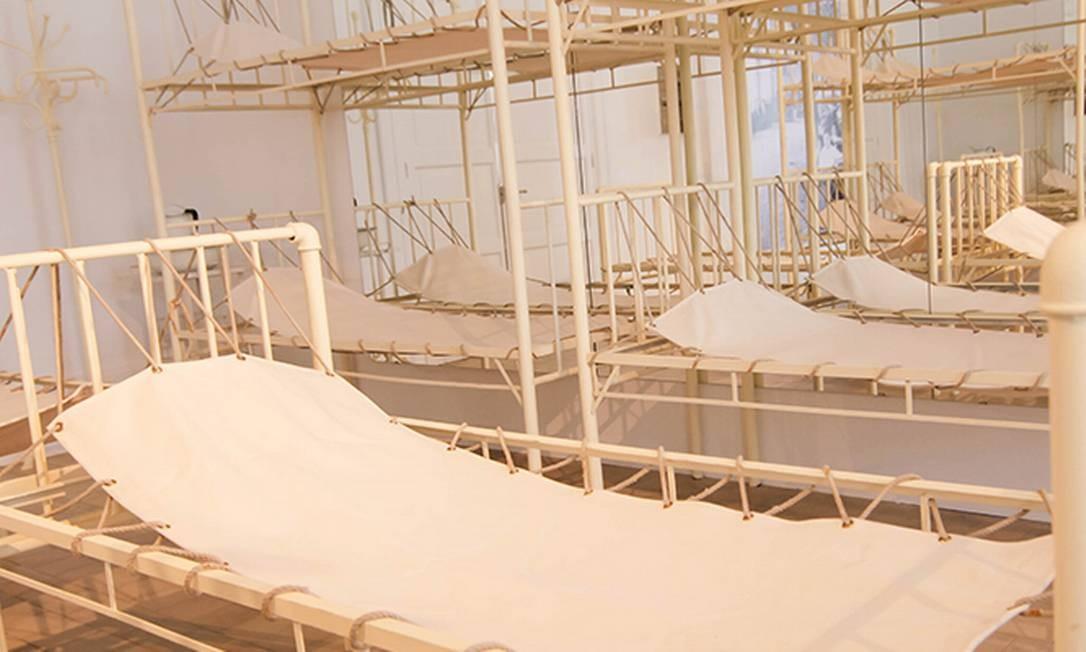 Antigas camas viraram instalação artística no Museu da Imigração, em Buenos Aires Foto: Charly Ortega / Buenos Aires Turismo / Divulgação