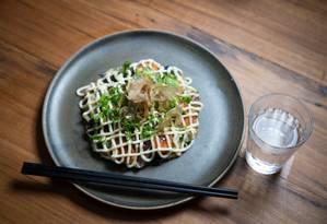Okonomiyaki tem legumes, camarão, bacon, molho de ostra e mayo Foto: Emily Almeida / Agência O Globo