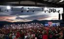 Trump faz comício em Missouri na campanha para as eleições legislativas de novembro: eleitorado que não circula em ambiente informativo fora dos sites, TVs e rádios que confirmam suas crenças Foto: DOUG MILLS / THE NEW YORK TIMES/18-10-2018