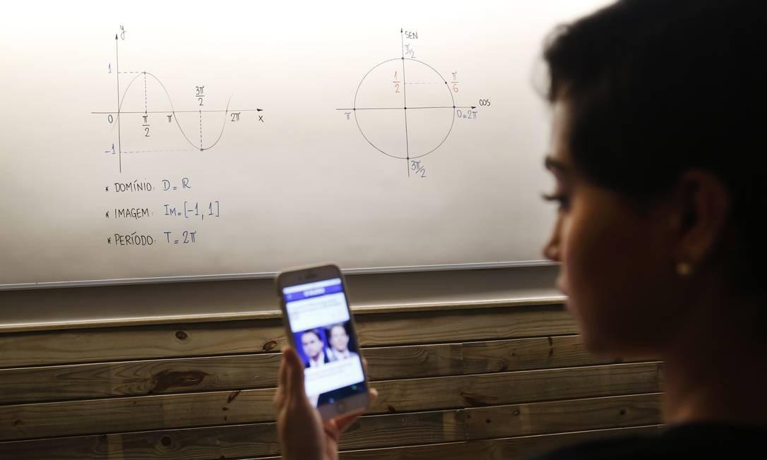 A aluna Lara Valente se divide entre o conteúdo em sala e os debates políticos Foto: Marcos Ramos / Agência O Globo