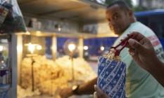 Sucesso. A pinça oferecida por Marcos Rosa, que trabalha na esquina das avenidas Rio Branco e Almirante Barroso Foto: Ana Branco / Agência O Globo