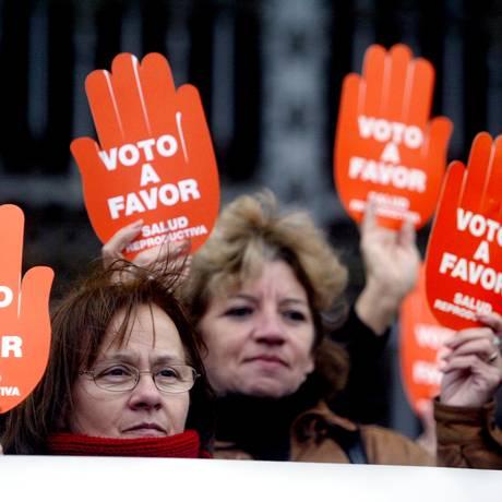Uruguaias protestam a favor do aborto em 2006, antes da descriminalização Foto: Andres Stapff / REUTERS