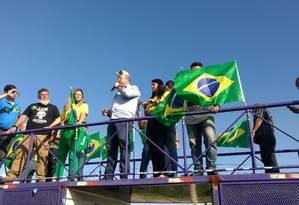 O candidato Wilson Witzel (PSC) em carreata na cidade de Queimados Foto: Marcello Corrêa