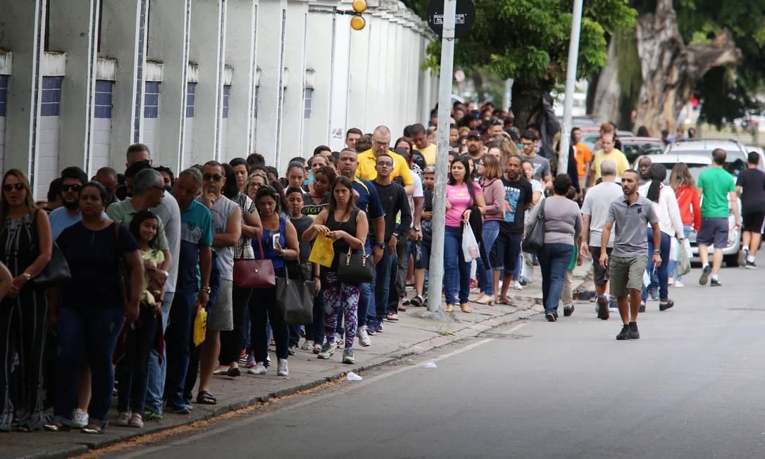 Fila para a prova do Colégio Militar em São Cristóvão atravessa quarteirão em São Cristóvão Foto: Fabiano Rocha / Agência O Globo