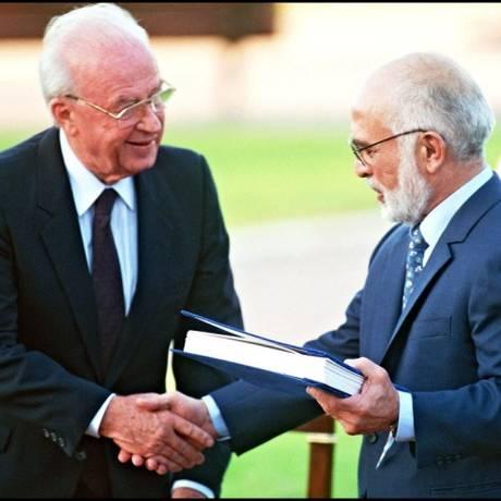 O rei Hussein Ibn Talal (direita) e o primeiro-ministro israelense Yitzhak Rabin apertaram as mãos após trocarem os documentos do Tratado de Paz em 1994 Foto: SVEN NACKSTRAND / AFP