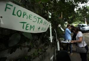 Moradores fizeram protesto neste domingo contra a derrubada de 37 árvores na Rua das Acácias, na Gávea Foto: Fabiano Rocha / Agência O Globo