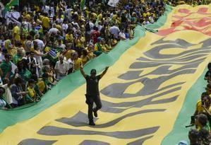 Policial participa de manifestação pró-Bolsonaro em Copacabana, no Rio Foto: Gabriel de Paiva / Gabriel de Paiva/ Agência O Globo