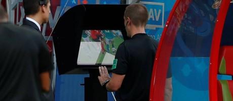 Juiz utiliza o recurso do Árbitro de Vídeo em jogo da Copa do Mundo Foto: John Sibley / Reuters
