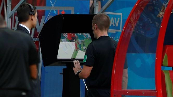 Juiz utiliza o recurso do Árbitro de Vídeo em jogo da Copa do Mundo Foto  8b15d70230a2e