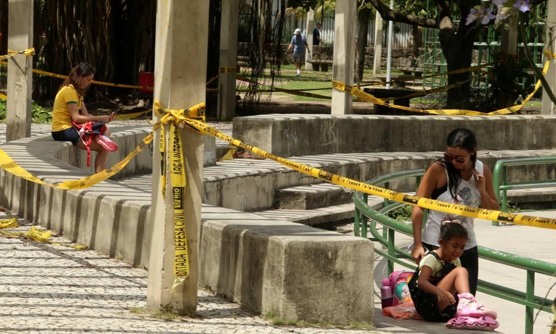 Lazer prejudicado. Mãe e filha ao lado da área interditada: projeto sem data Foto: Fabiano Rocha / Agência O Globo