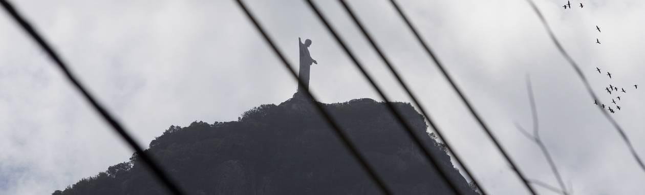 Moradores e turistas precisam desviar o olhar do emaranhado da rede aérea para admirar a paisagem Foto: Márcia Foletto / Agência O Globo
