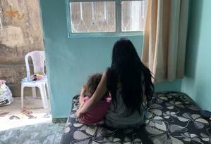 Amanda Costa e a filha. As duas foram protegidas pelo pai da pequena, Ademir Felipe, durante assalto a ônibus Foto: Selma Schmidt / Agência O Globo