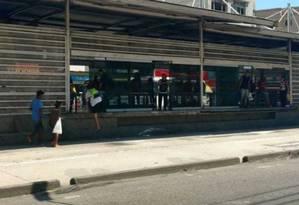 Calote na estação Madureira do corredor Transcarioca do BRT Foto: Geraldo Ribeiro - Extra