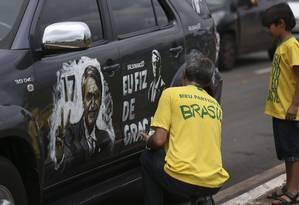 Manifestantes escrevem em carro durante ato a favor de Bolsonaro em Brasília Foto: José Cruz / Agência Brasil