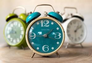 A vantagem dos relógios analógicos é que são alterados apenas manualmente Foto: Pixabay