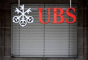 Logo do gigante banco suíço UBS é visto em uma filial em Lausanne Foto: Reuters