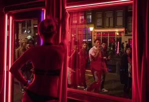 O Red Light district, um dos locais mais famosos em Amsterdã Foto: JASPER JUINEN / NYT
