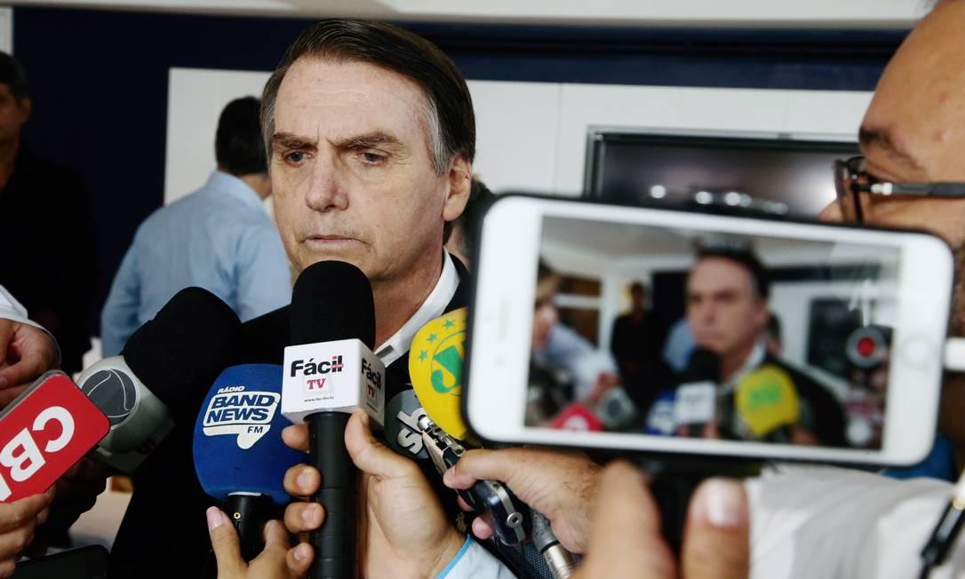 O candidato do PSL à Presidência, Jair Bolsonaro, durante imprensa Foto: Fabiano Rocha/Agência O Globo/20-10-2018