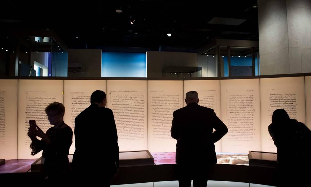 Na imagem de 2017, visitantes conhecem exposição sobre os pergaminhos do Mar Morto durante prévia do então novo Museu da Bíblia, em Washington, DC Foto: SAUL LOEB / AFP