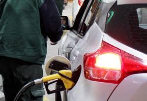 Posto de gasolina no Rio. Preço do combustível subiu 4,74% em outubro Foto: Paulo Nicolella