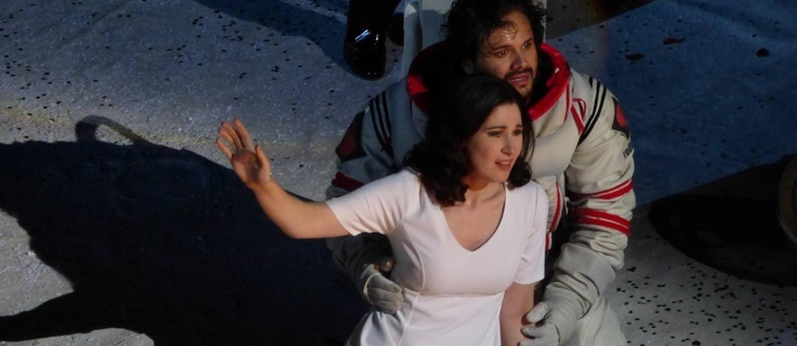 """""""La Bohème"""", de Giacomo Puccini: A soprano australiana Nicole Car e o tenor paraense Atalla Ayan Foto: Divulgação"""