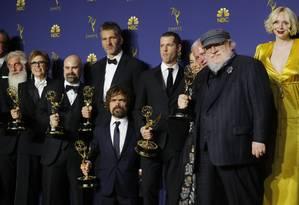 Parte do elenco e produtores durante o Emmy 2018 Foto: MIKE BLAKE / Reuters