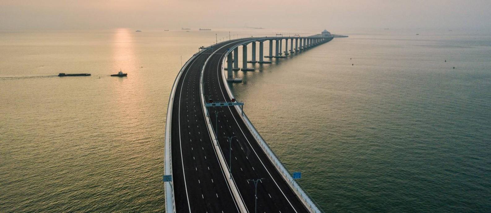 Ponte Hong Kong-Zhuhai-Macau foi inaugurada nesta semana em meio a críticas: acusações de superfaturamento e de displicência com trabalhadores mortos durante obras são argumentos levantados por críticos Foto: ANTHONY WALLACE / AFP